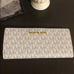Michael Kors Wallet new with tag